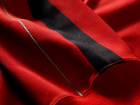 剪裁:灵巧贴身,易于搭配。采用双针织布面料,肋部以平针编织。肩部采用贴身裁剪。