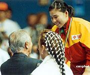 1992年为邓亚萍颁奖