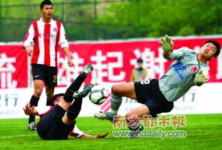 李帅(右)屡屡救险,力保球门不失。