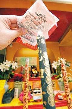 台湾威力彩至今已造就许多亿元富翁,最近一位4.9亿元头彩得主更一口气捐出1亿元善款。图片来源:联合报
