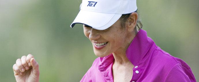 好莱坞明星泽塔琼斯享受高尔夫