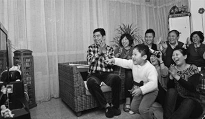 全家其乐融融,看直播。左一、左二为金紫薇的父母。