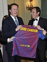 英首相接巴萨球衣