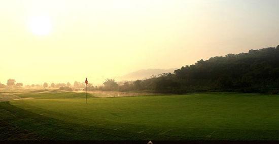 朝阳中的球场