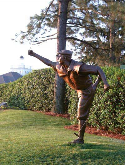 松树丛球场2号场第18洞的果岭旁竖着斯图尔特夺冠时挥舞着拳头的雕像