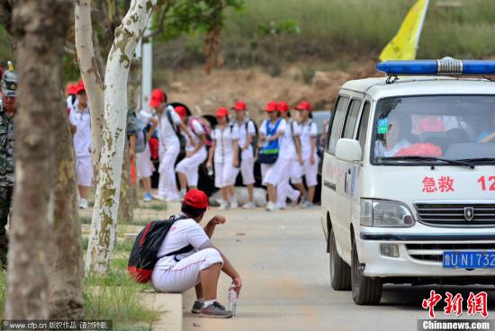 青岛中学生长距离徒步拉练 救护车随行