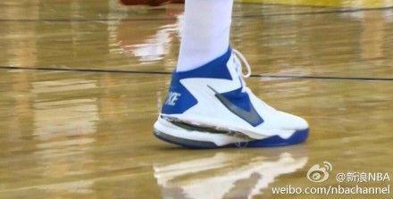 博格特球鞋的鞋面与鞋底裂开大缝