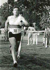 上图为鲍可斯1987年在华盛顿特区参加3英里国会挑战赛(国会议员对抗其他联邦政府官员和媒体)的照片。