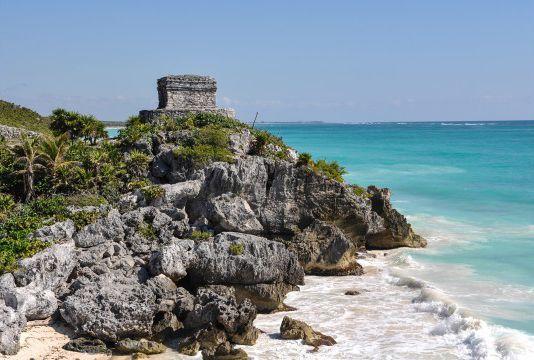 图伦海滩,墨西哥   玛雅古城图伦的堡垒静静地伫立在加勒比海边的崖壁之上,而悬崖旁的图伦海滩则给人一种别样的游览体验。