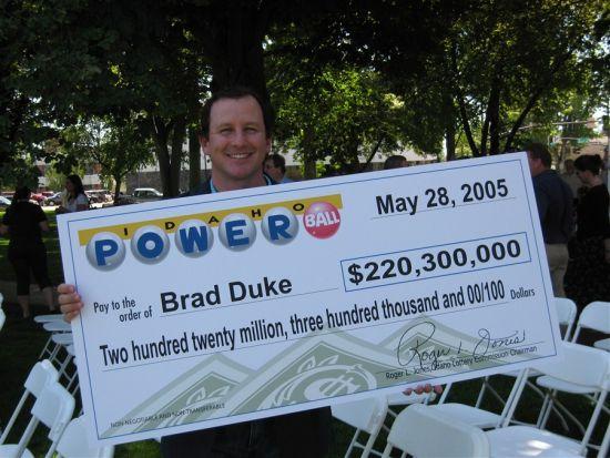 布拉德领2.2亿巨奖时候的照片