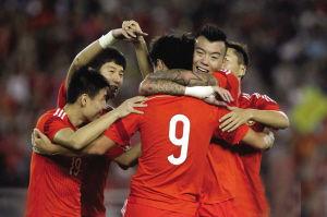 国足庆祝进球。