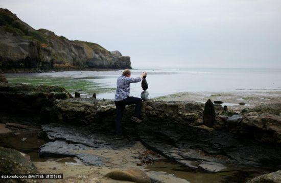 英国小镇举办沙滩石头平衡艺术活动妙趣横生