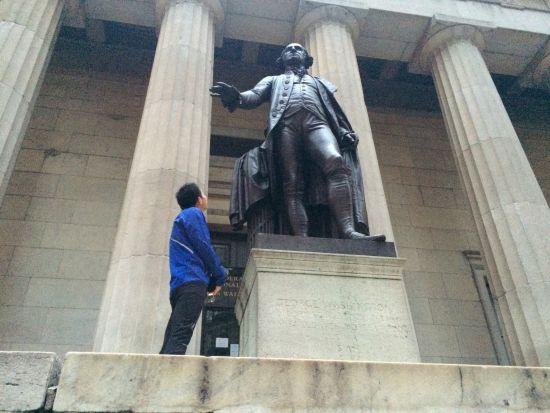 第一天晨跑时,跑到联邦国会纪念堂,抬头仰视乔治-华盛顿。