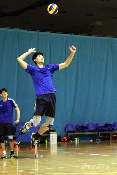 唐川航练习发球