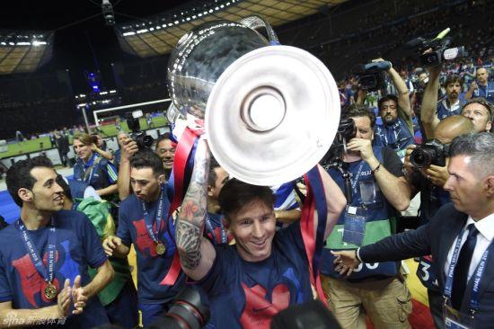 梅西捧起欧冠奖杯