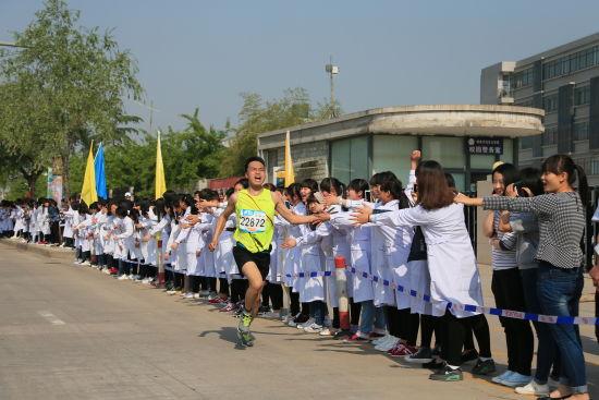 杨凌马拉松充满人文关怀,比赛中观众也十分热情。
