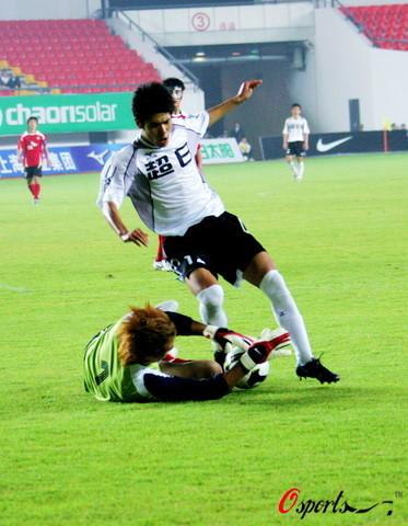 图文-[中甲]上海东亚2-1胜延边队门将饿虎扑食