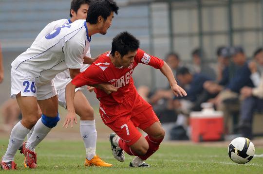 图文-[中甲]重庆力帆1-0南昌吴庆在进攻中被拉倒