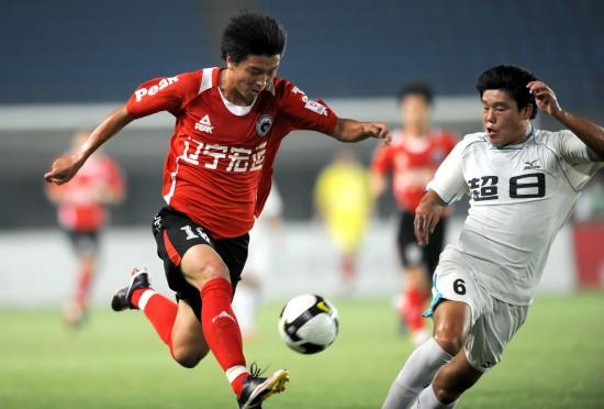 图文-[中甲]辽宁宏运2-0上海东亚杨旭带球突破
