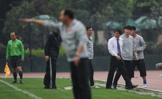图文-[中甲]成都谢菲联0-0广州恒大李章洙场边指挥