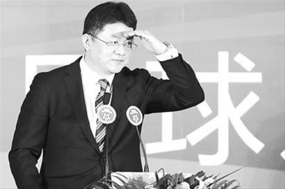 主持人张斌在启动仪式上手搭凉棚眺望远方