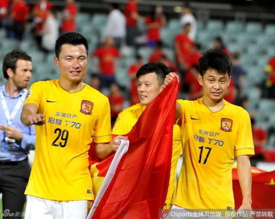 郜林(左)庆祝胜利