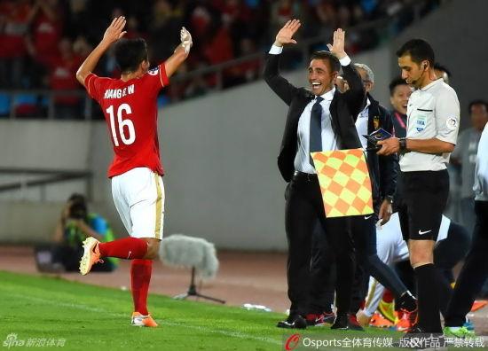 进球后黄博文与主帅激情庆祝