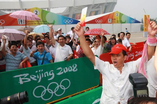 图文-上海球迷冒暑争购奥运门票 比国足出线还高兴
