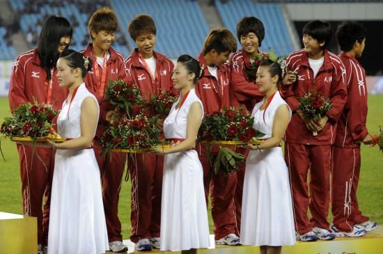 图文-全运女足青年组天津获季军队员在颁奖仪式上