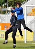 侯宇在训练中接球