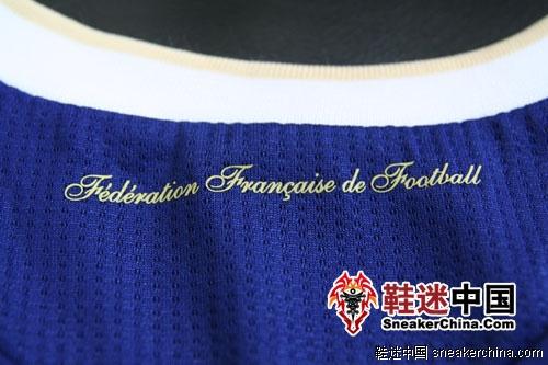 """衣领处印有""""Federation Francaise de Football""""字样"""