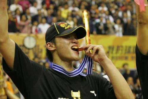 朱芳雨荣膺CBA总决赛最佳球员宏远核心夺双料MVP