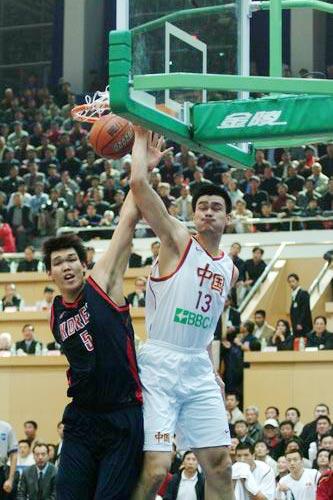 资料图-2003年中国男篮亚锦赛夺冠姚明怒扣河升镇