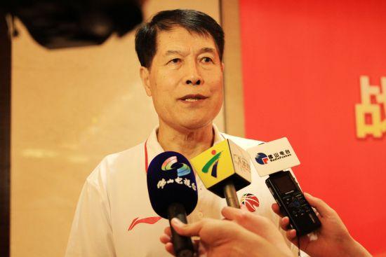 佛山农商银行总教练蒋兴权接受媒体采访