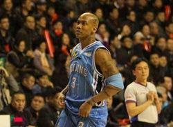 辽宁MC讽刺马布里引争议:他不仅上腿还上手