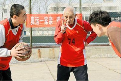 篮球场4大天王:把球给我回家男 电话不断哥