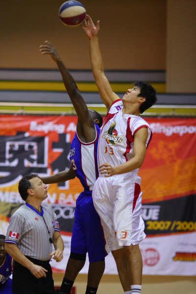 图文-北京奥神2月24日赛况张松涛奋力争抢篮板