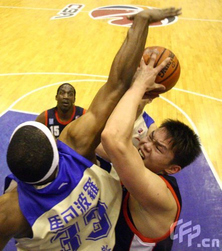 图文-朱芳雨第三度加冕总决赛MVP半决赛单挑哈里斯