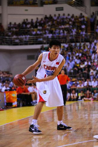 图文-[热身赛]中国男篮VS立陶宛 王磊准备传球