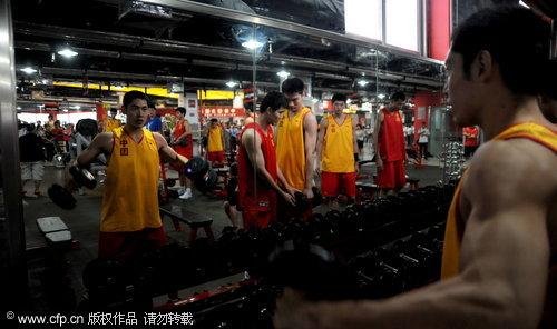图文-中澳战前男篮力量房训练 张庆鹏肌肉强健