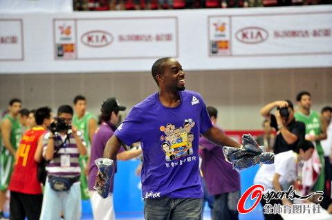 图文-[斯杯]中国男篮VS伊朗兰德里发鞋与球迷互动