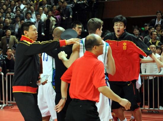 图文-中巴对抗赛上演斗殴闹剧李楠劝阻队员
