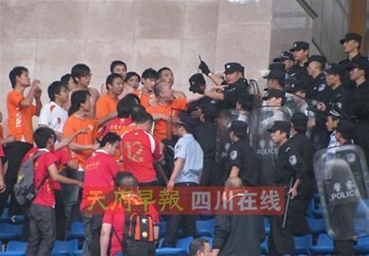 湘鄂球迷爆发小规模冲突糟糕状况惹警察一阵忙乱