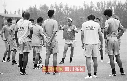 王宝山训练中为队员讲解战术