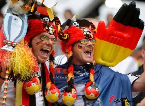 图文-德国克罗地亚球迷热情观赛装扮独特的德国球迷