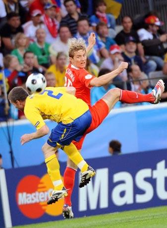 图文-[欧洲杯]俄罗斯VS瑞典尼尔森被球砸弯了腰