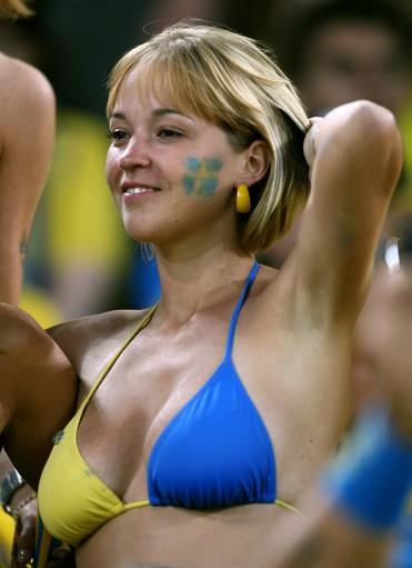 图文-瑞典俄罗斯球迷热情观赛女球迷佩戴特制胸围