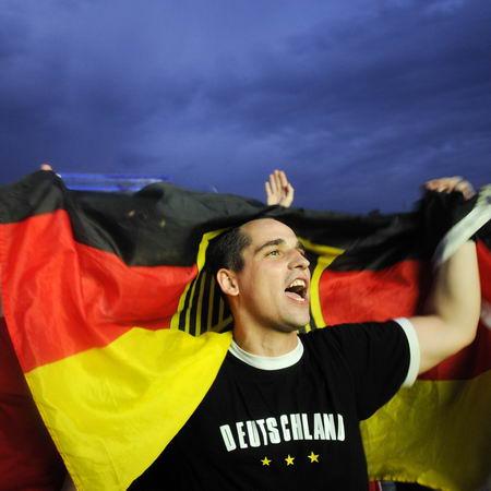 图文-德国球迷喜庆球队顺利晋级胜利歌声响彻天空