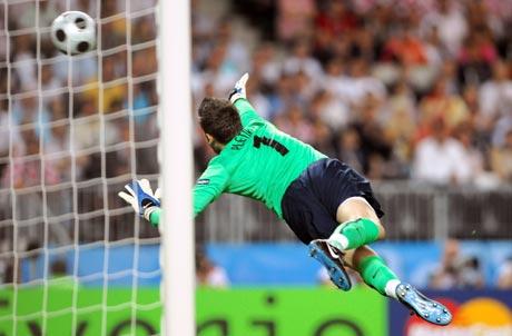 图文-[欧洲杯]克罗地亚VS土耳其守门员飞身扑救