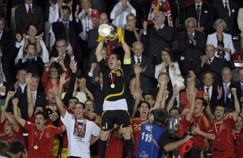 图文-西班牙队夺得欧洲杯冠军斗牛士举起德劳内杯